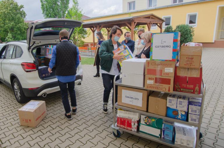 Getberg předává potraviny důchodcům