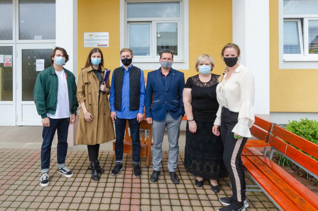 Společné foto týmu GEtberg s ředitelkou domova důchodců v Unhošti