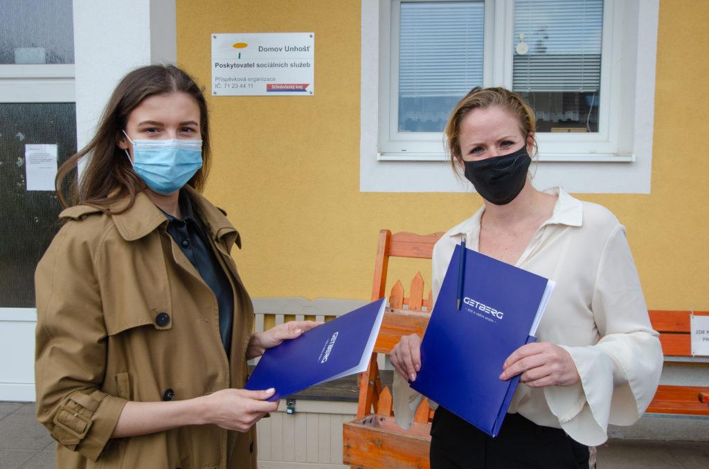 Getberg předává dary domovu důchodců v Unhošti
